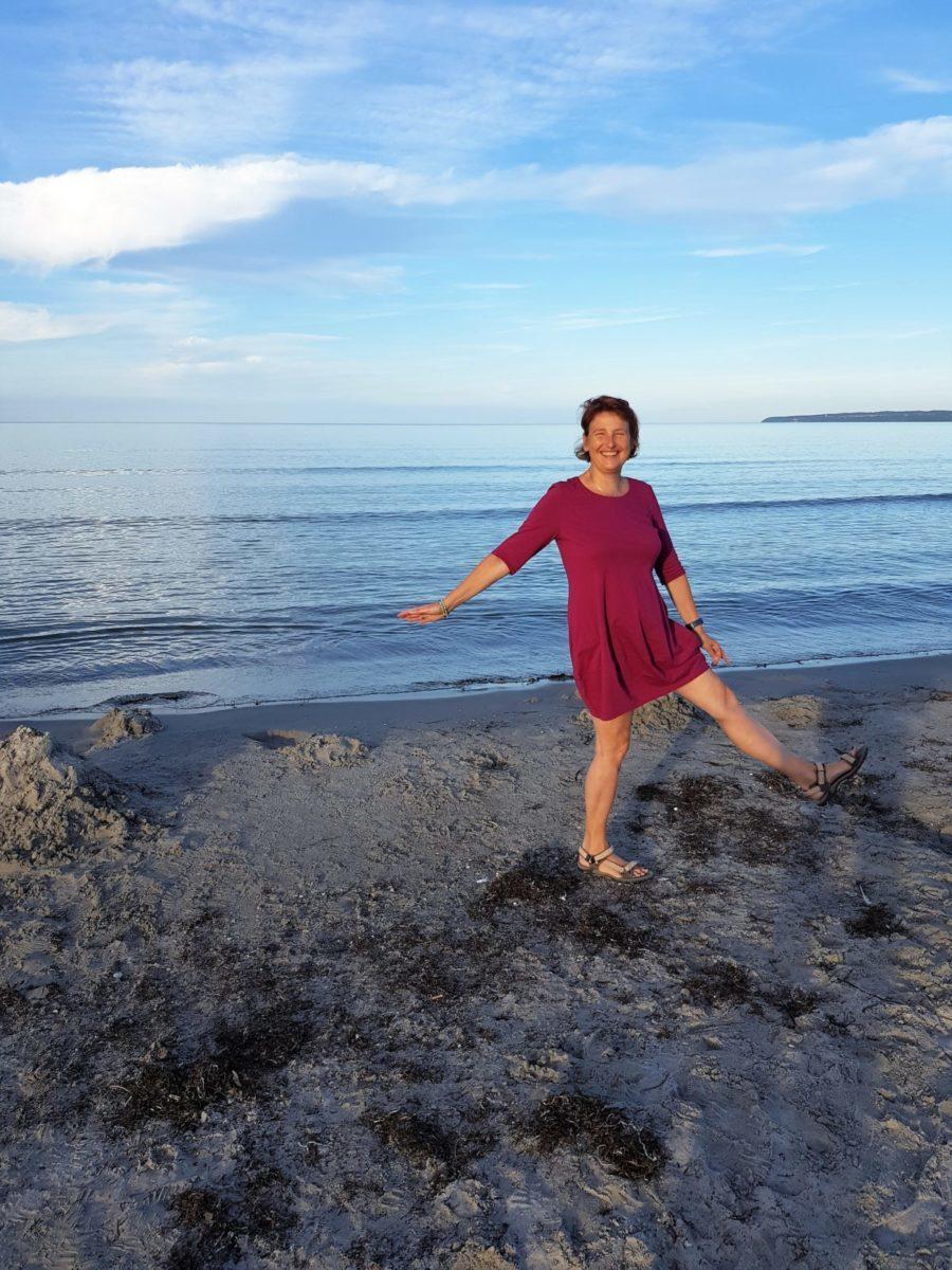 Doris Bürgel steht ganz sie selbst am Meer.