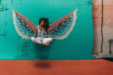 Das Bild zeigt eine Person mit Engelsflügeln, vielleicht ein Arsch-Engel?