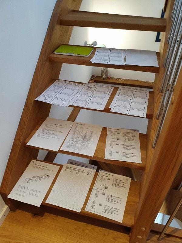 Homeschooling - Zettel auf der Treppe